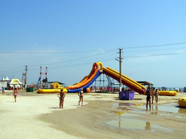 Надувные водные горки, Генический детский пляж, отдых в Геническе, Отдых на Азовском море, отдых для детей